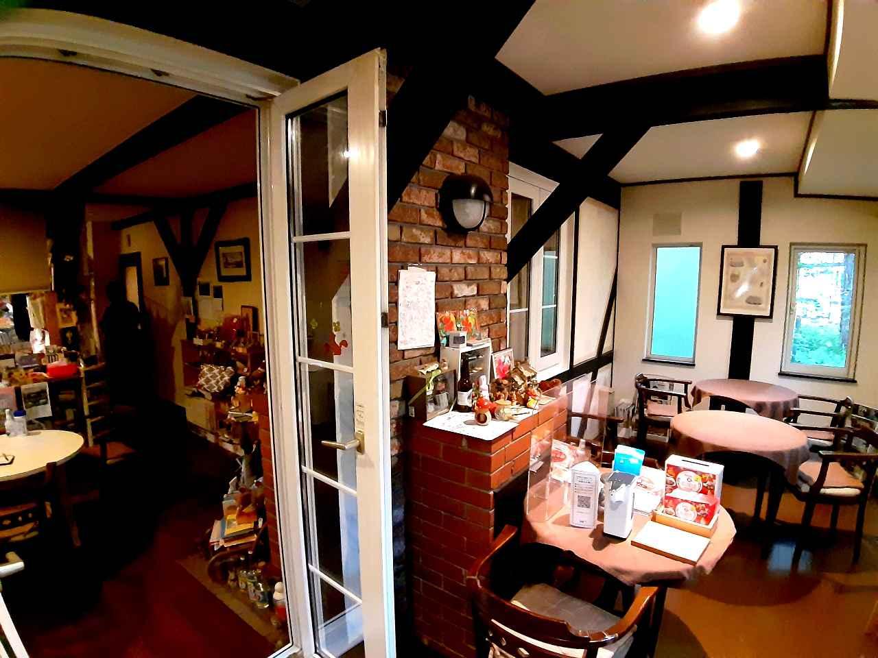 画像: さまざまな調度品などで旅行好きの片鱗が伺える1階部分のカフェ&ダイニング