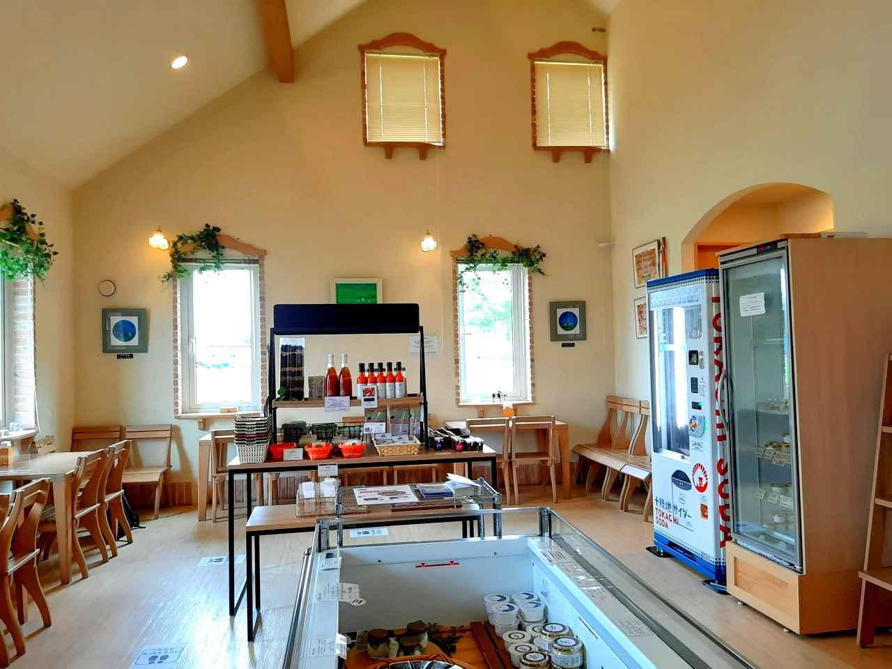 画像: 店内にはソーシャルディスタンスに配慮したカフェスペースも設置されている