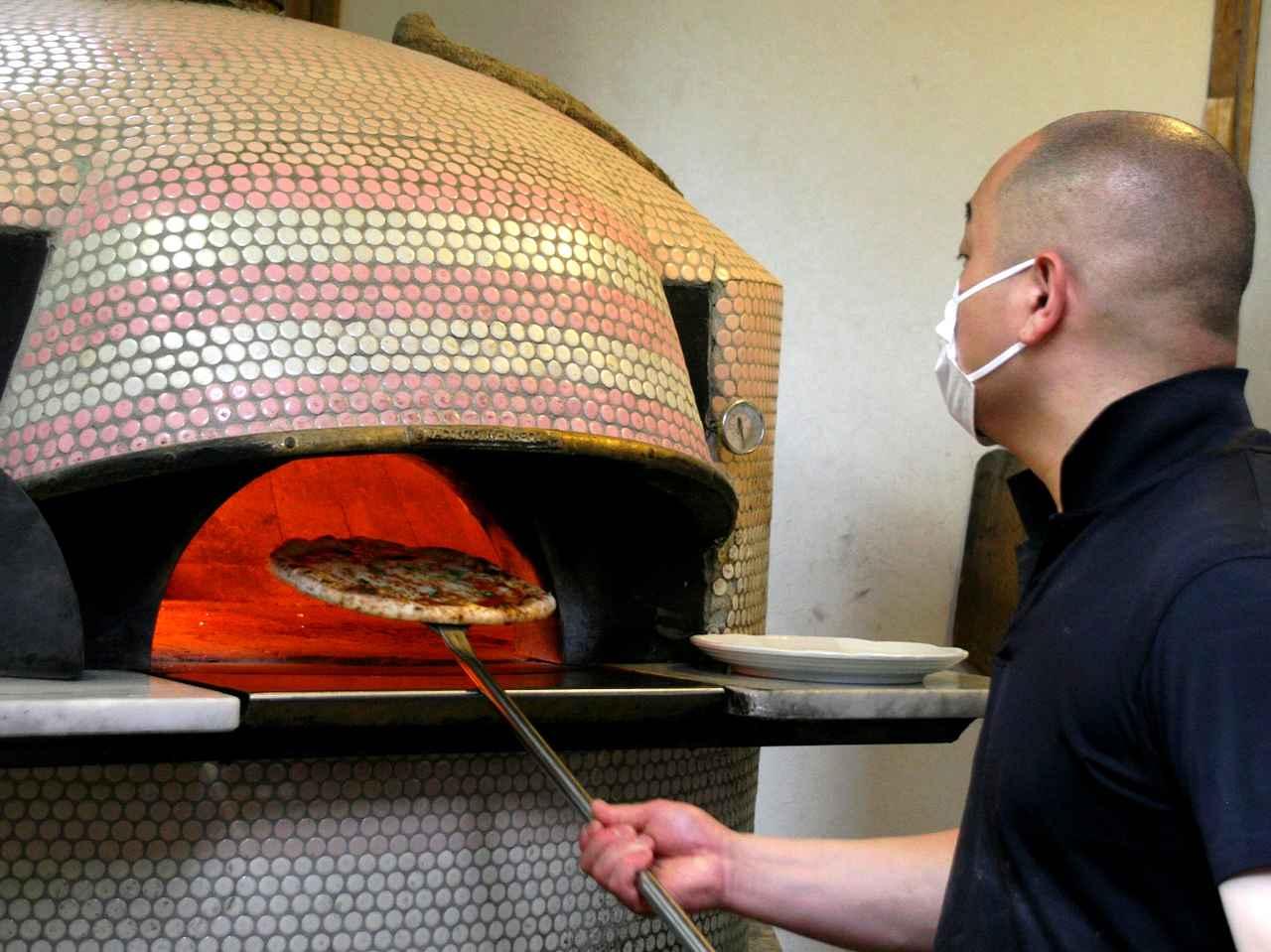 画像: 塚本さんがひとりで切り盛り。手伸ばし&石窯の良さを活かしたピッツァが楽しめる