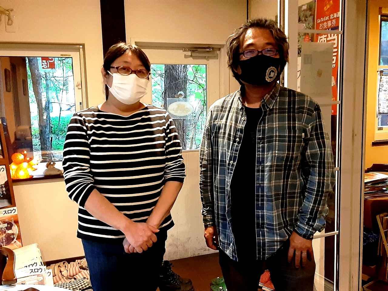 画像: 旅行好きの小松夫妻。「有名じゃない地で運営して、その場所が有名になれば」と語る
