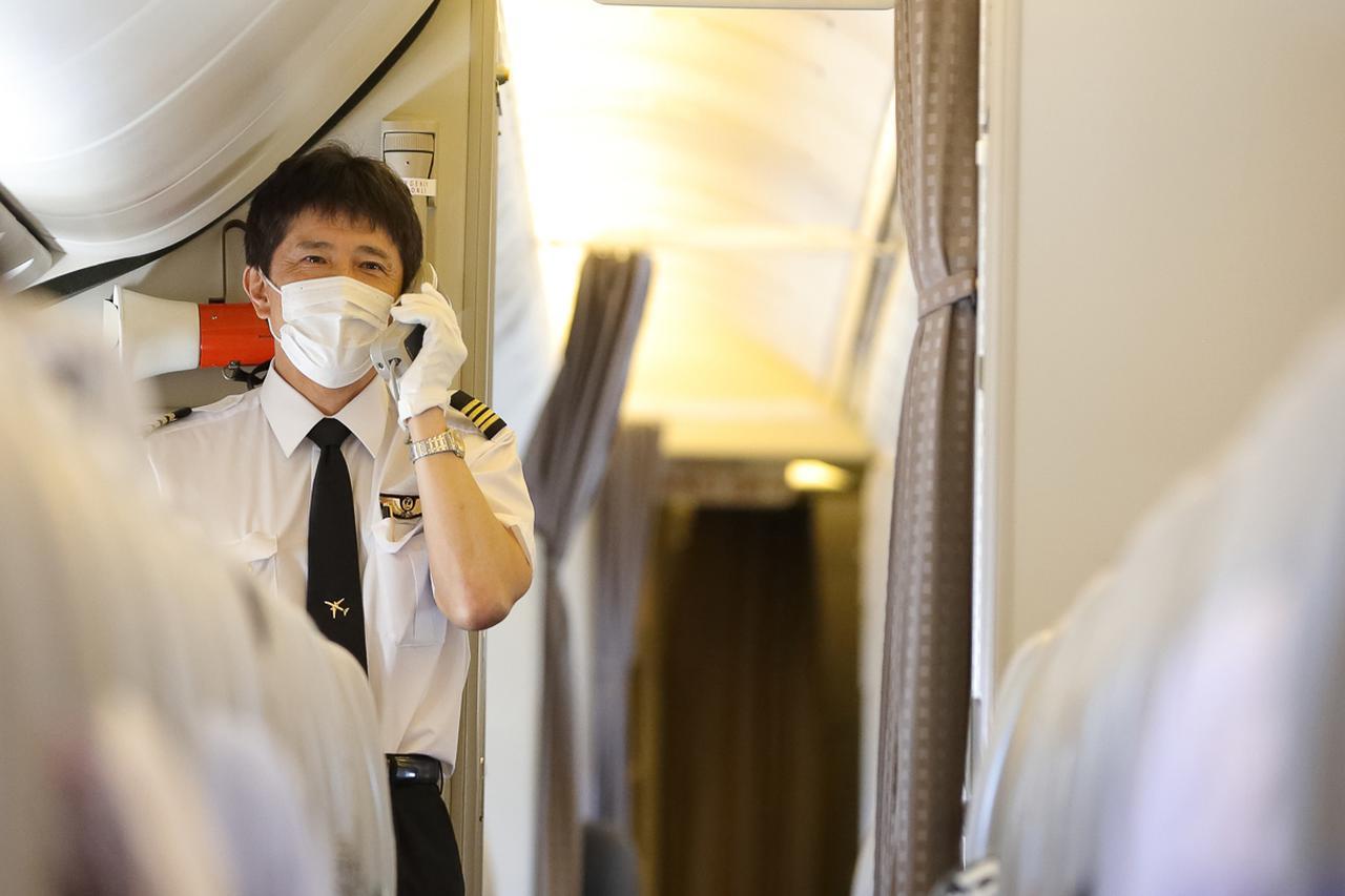 画像1: 食後のお楽しみは機長&客室乗務員によるトークショーやクイズ