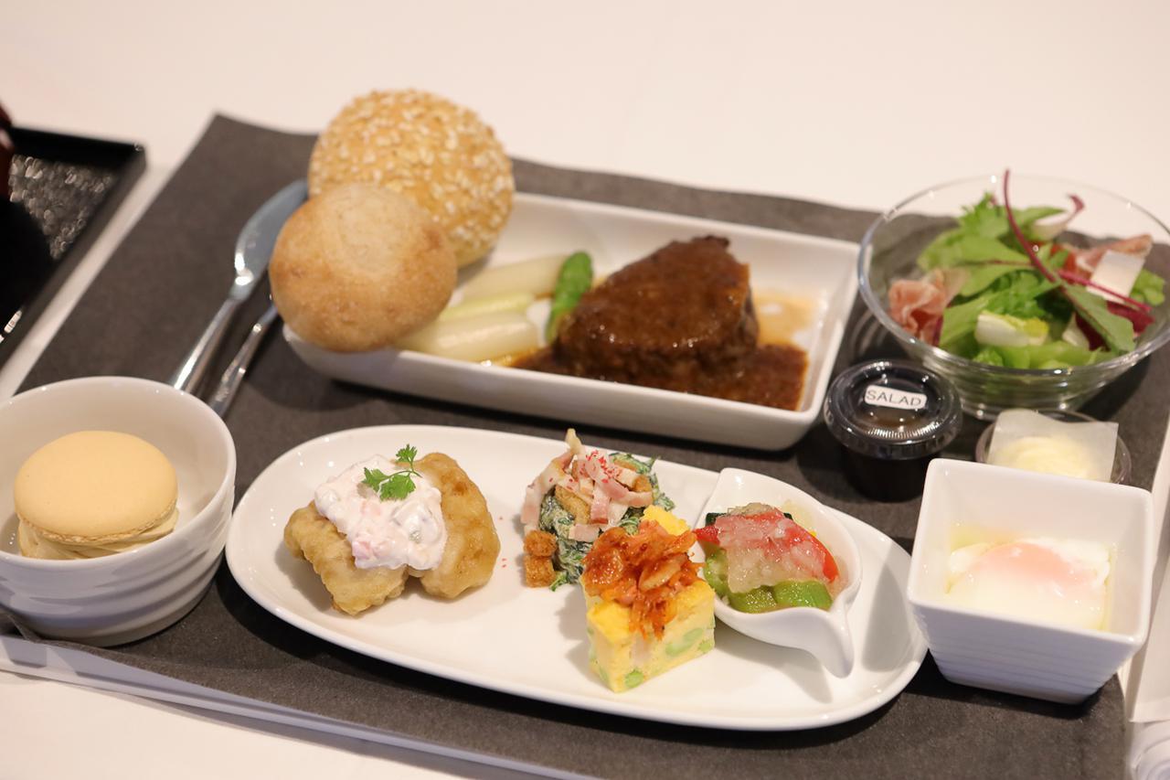 画像4: 離陸後の青空のなかでいただく、ハワイ路線の機内食