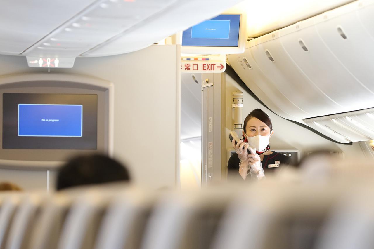 画像2: 食後のお楽しみは機長&客室乗務員によるトークショーやクイズ