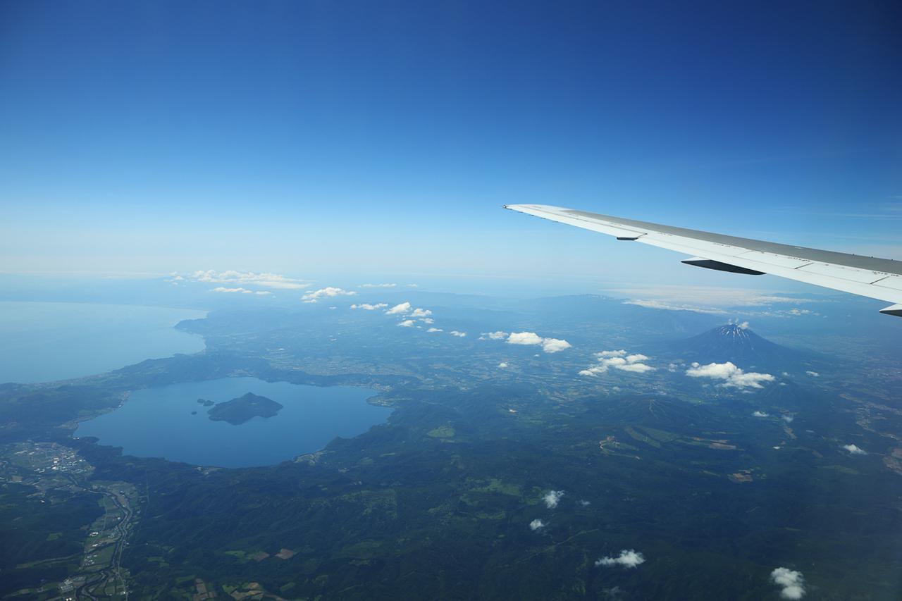 画像1: 離陸後の青空のなかでいただく、ハワイ路線の機内食