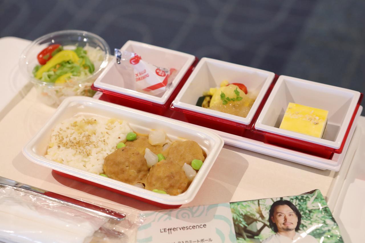 画像5: 離陸後の青空のなかでいただく、ハワイ路線の機内食