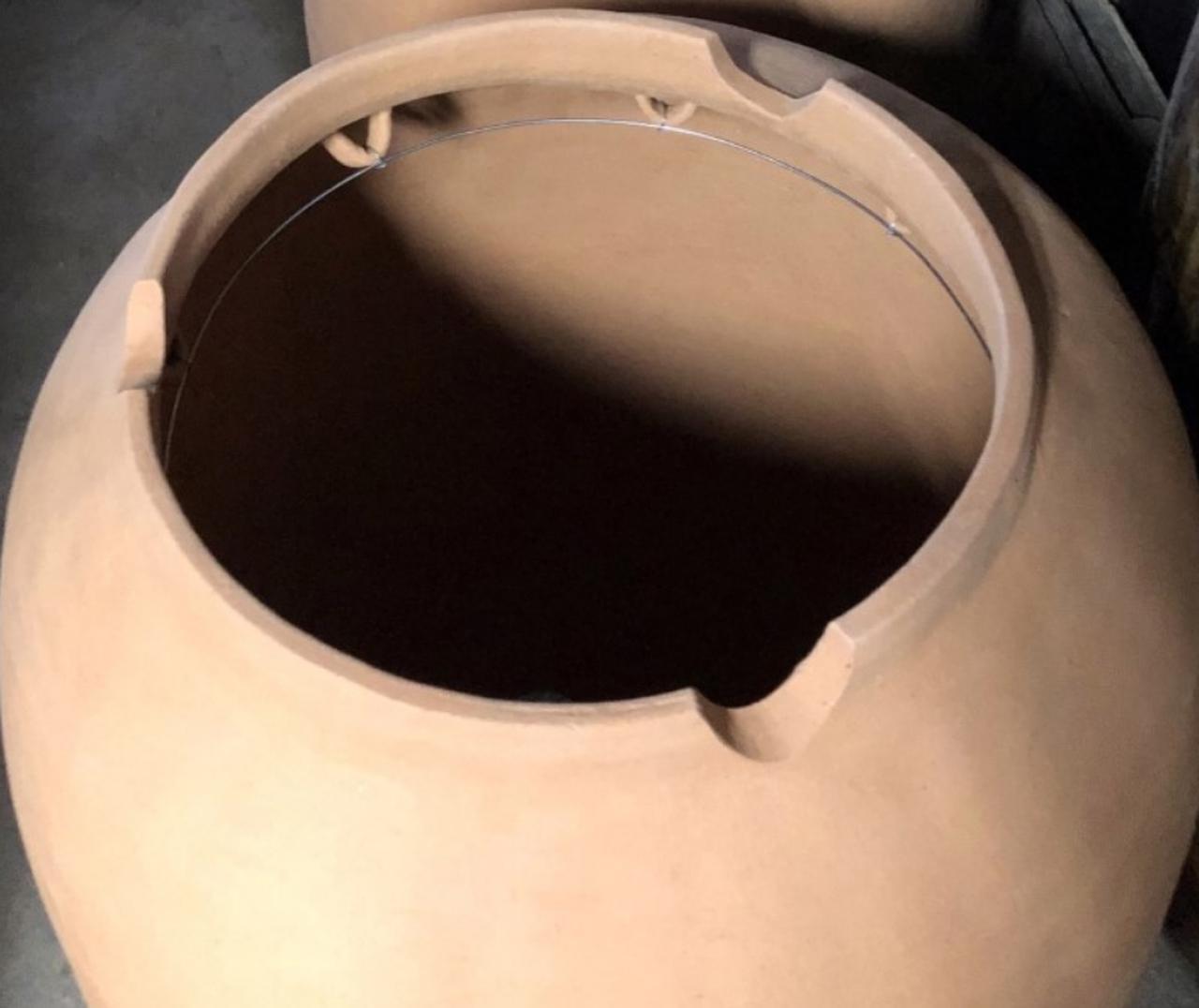 画像: 壺の中で芋を吊るします