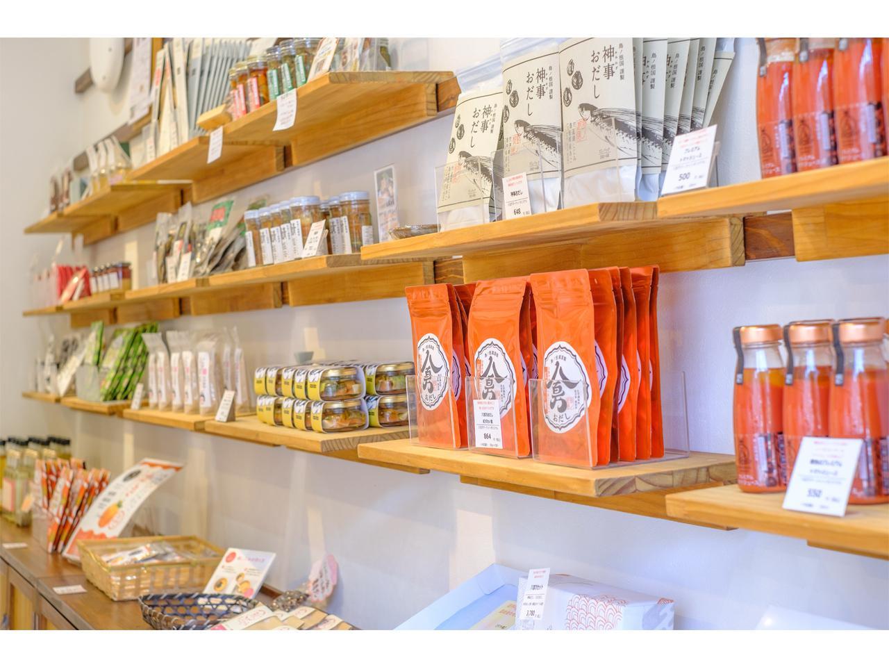 画像: おみやげに、自宅用にと買っていく人が多いという、松江のおみやげが並びます。