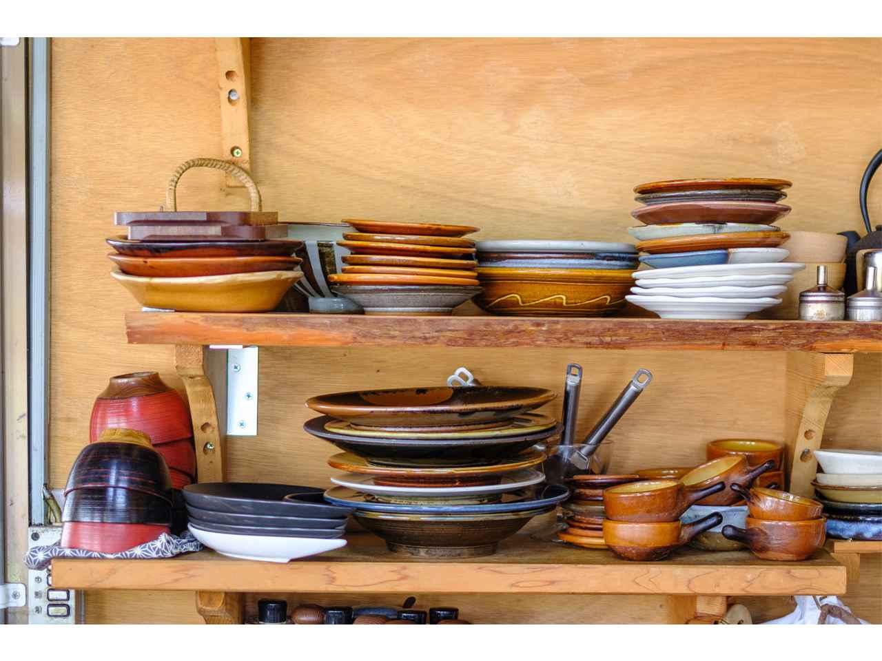 画像: カウンターに座ると目の前には、島根の窯元の器がいっぱい!
