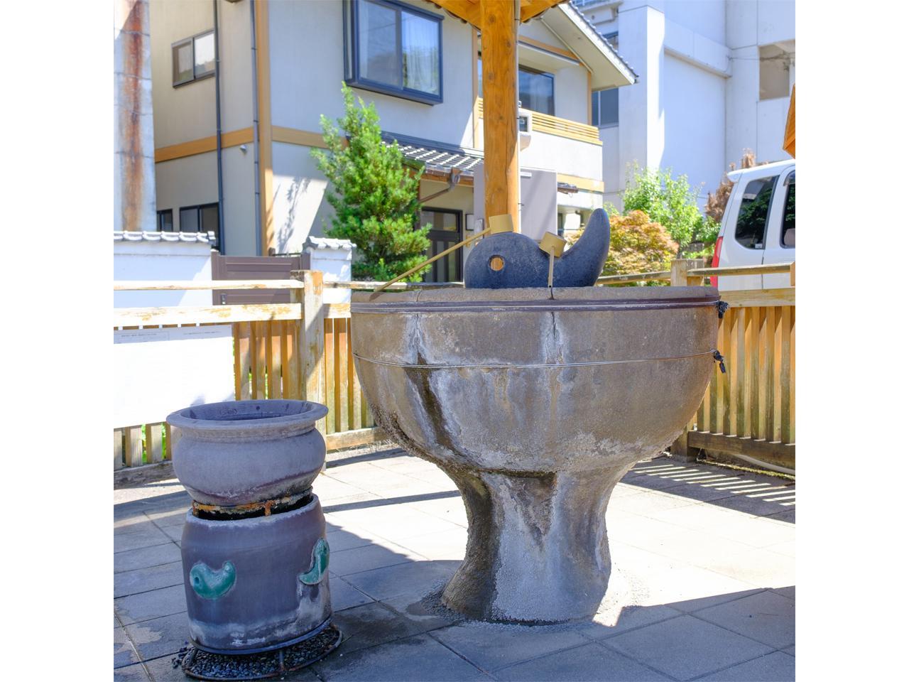 """画像: 「湯薬師広場」にある勾玉のオブジェの""""たらい湯""""。"""