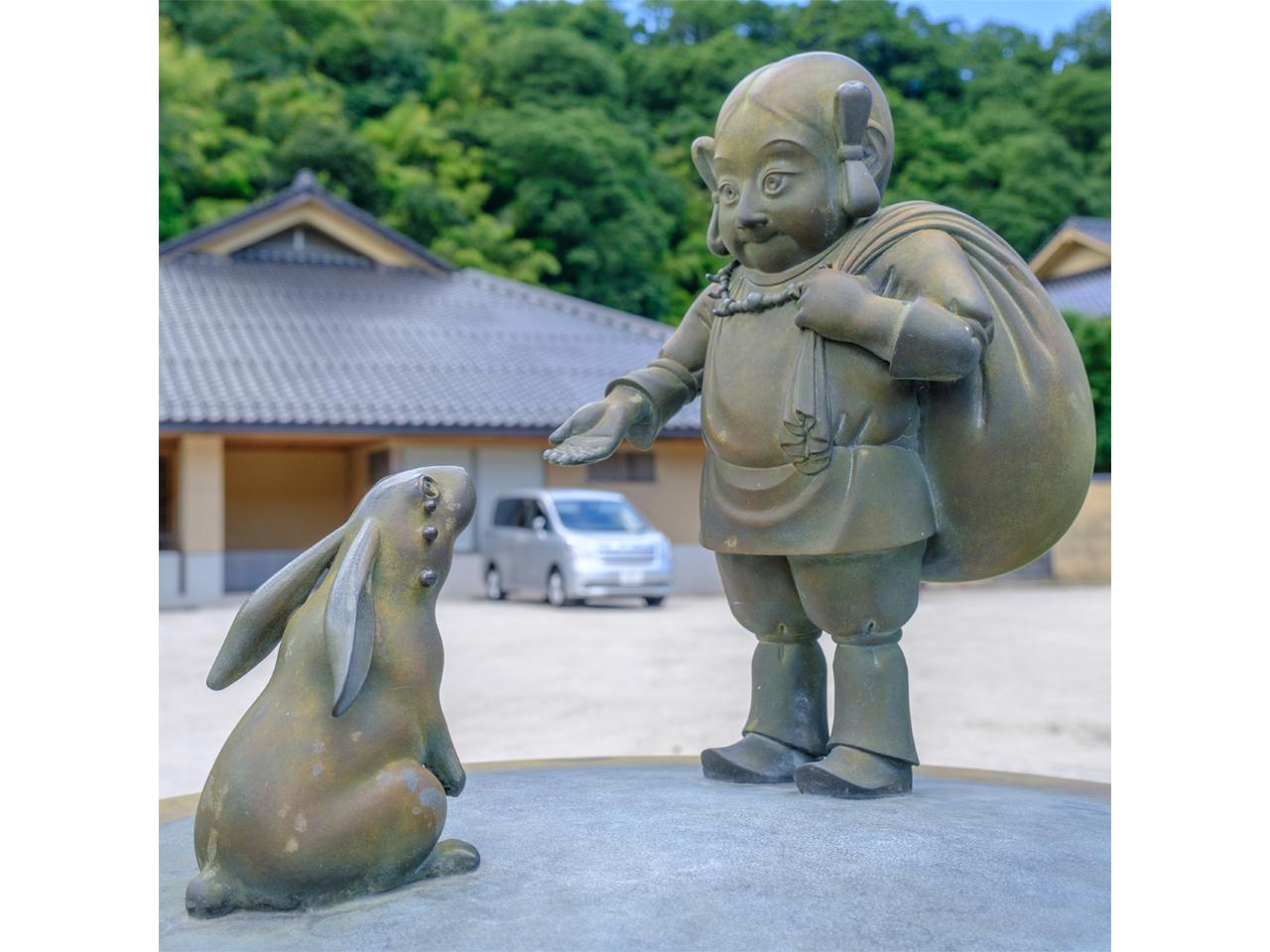 画像: 玉造温泉街には出雲神話の有名な場面をモチーフにしたブロンズ像が飾られています。こちらは「因幡の白うさぎ」。