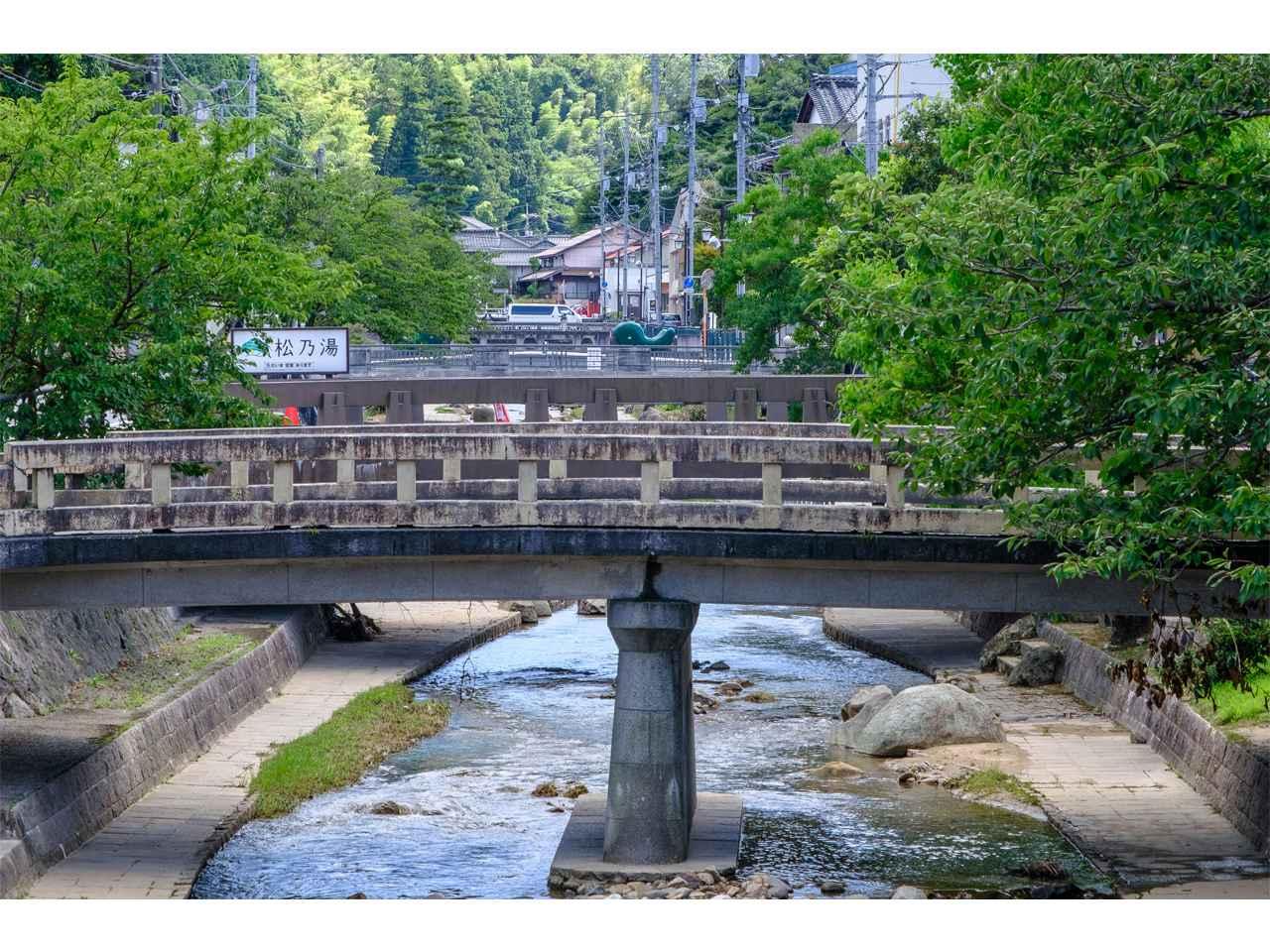 画像: 玉湯川には多くの個性的な橋が架けられ、写真スポットともなっています。