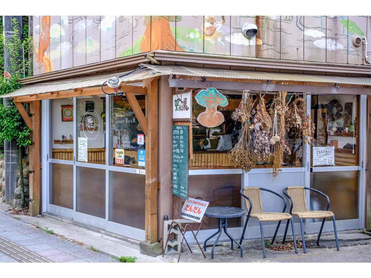 画像: 温泉街の一角のイラストに囲まれたお店です。