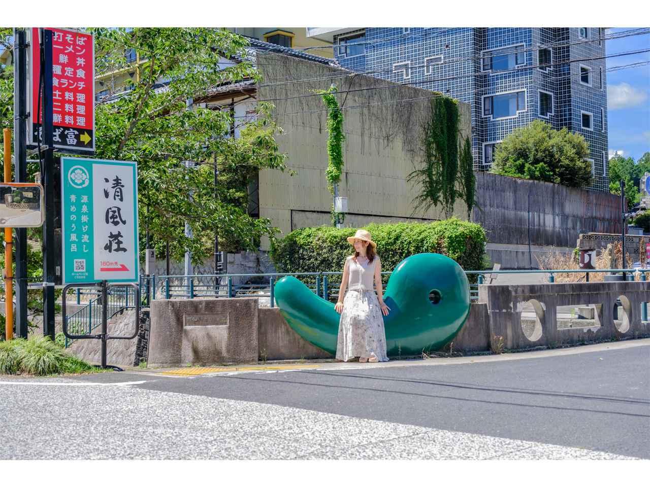 画像: 青めのうの勾玉をモチーフにした「まがたま橋」。