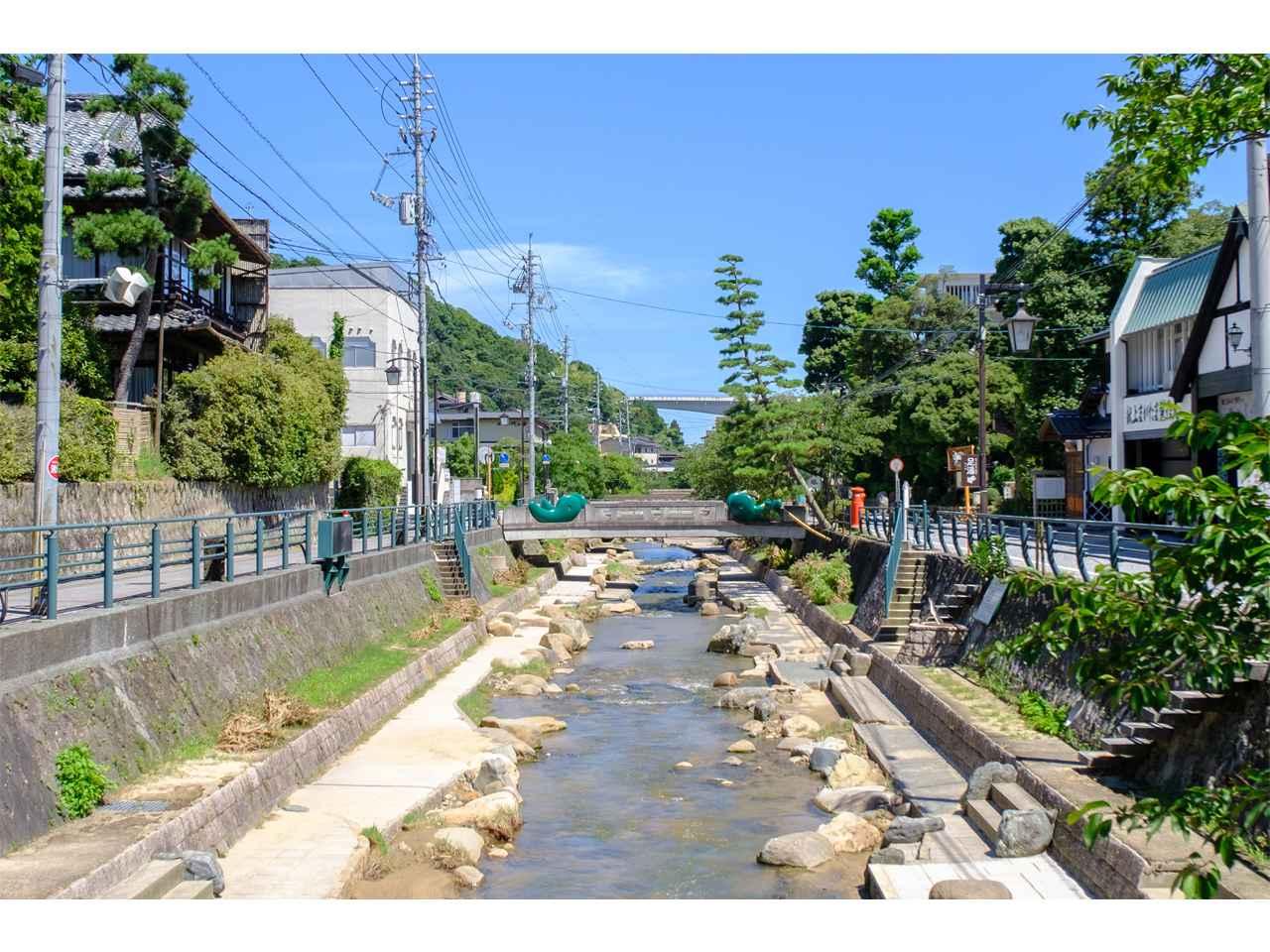 画像: 温泉街を流れる玉湯川の風景。