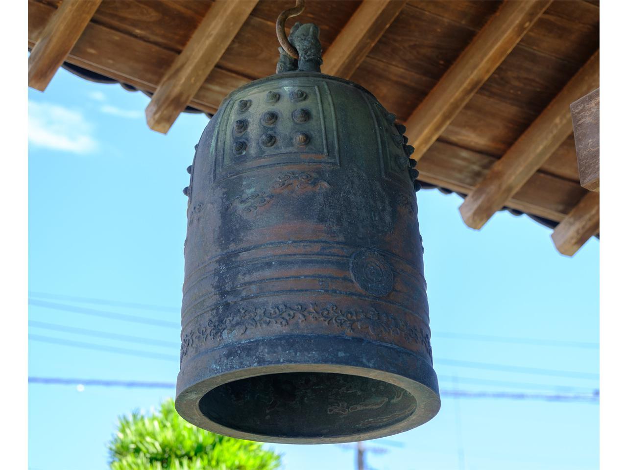 画像: 戦後の混乱で玉造から海を渡り隠岐諸島で半鐘として使われていた鐘。現在はまた玉造に戻り、湯薬師堂に吊るされています。