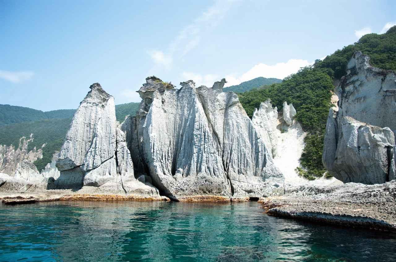 画像1: 【青森】白緑色の奇岩が連なりトルコのカッパドキアを想起させる「仏ヶ浦」