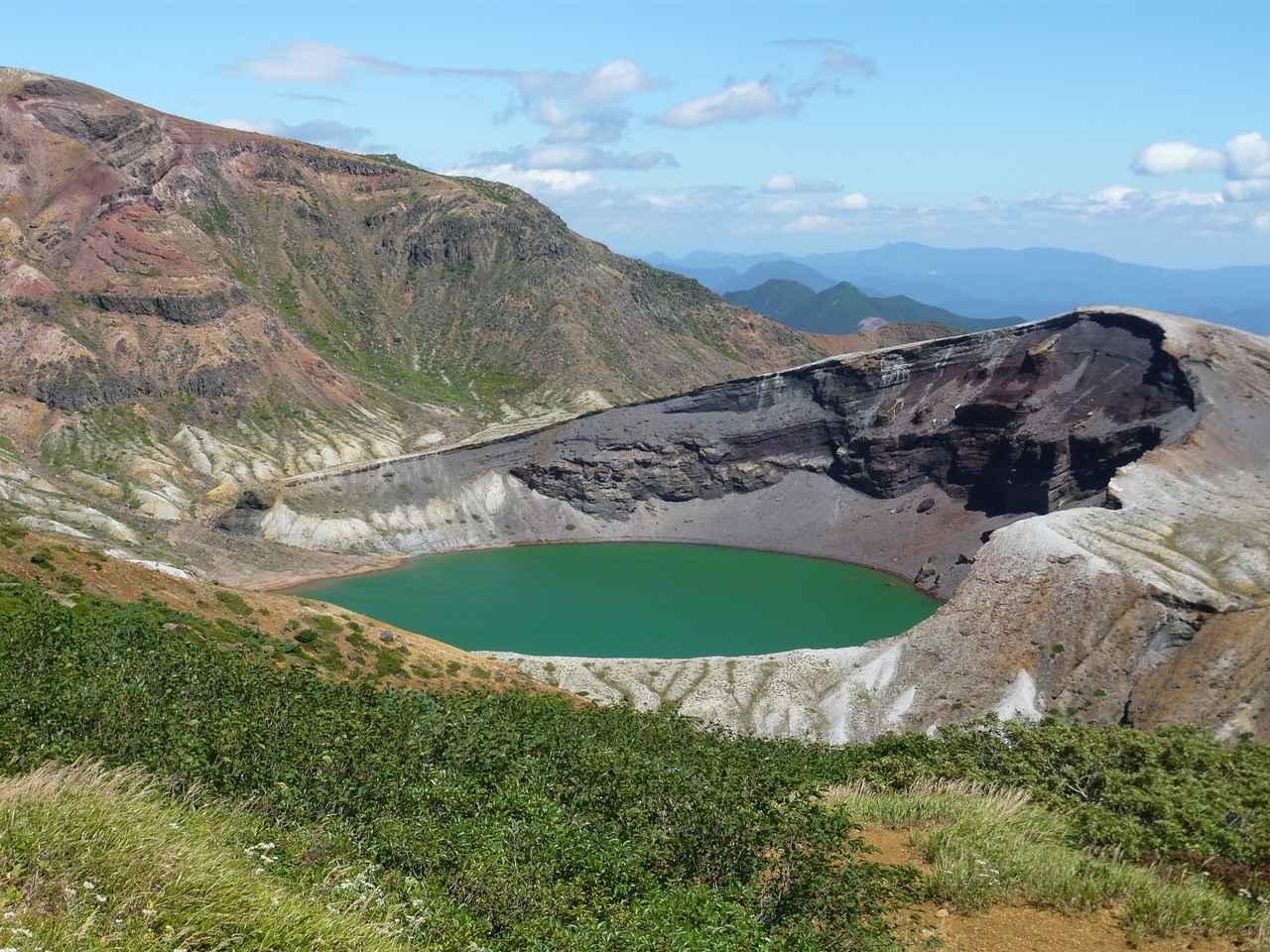 画像2: 【宮城】荒々しい山肌と美しい火山湖が世界遺産・トンガリロ国立公園のような「御釜」