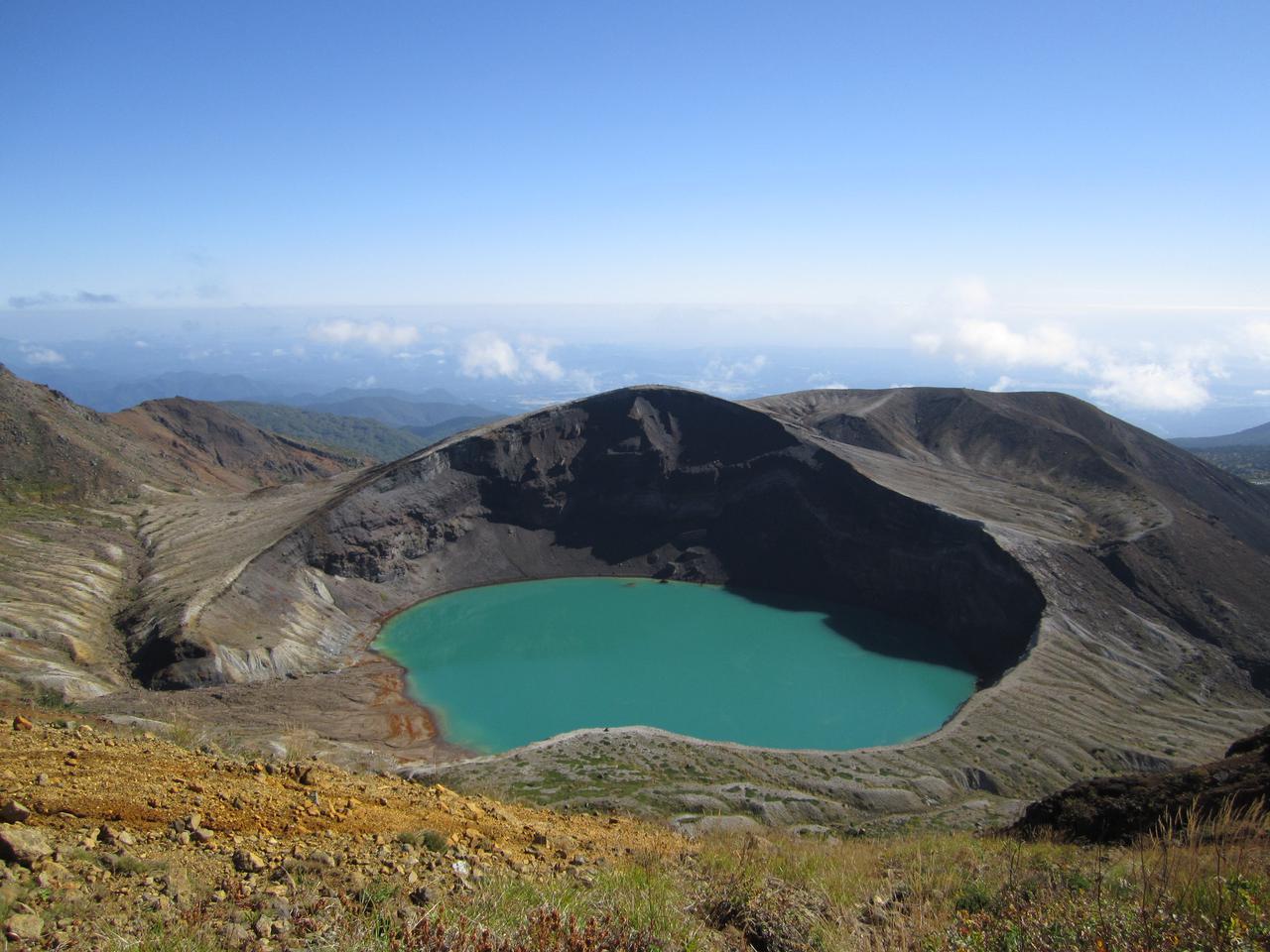 画像1: 【宮城】荒々しい山肌と美しい火山湖が世界遺産・トンガリロ国立公園のような「御釜」