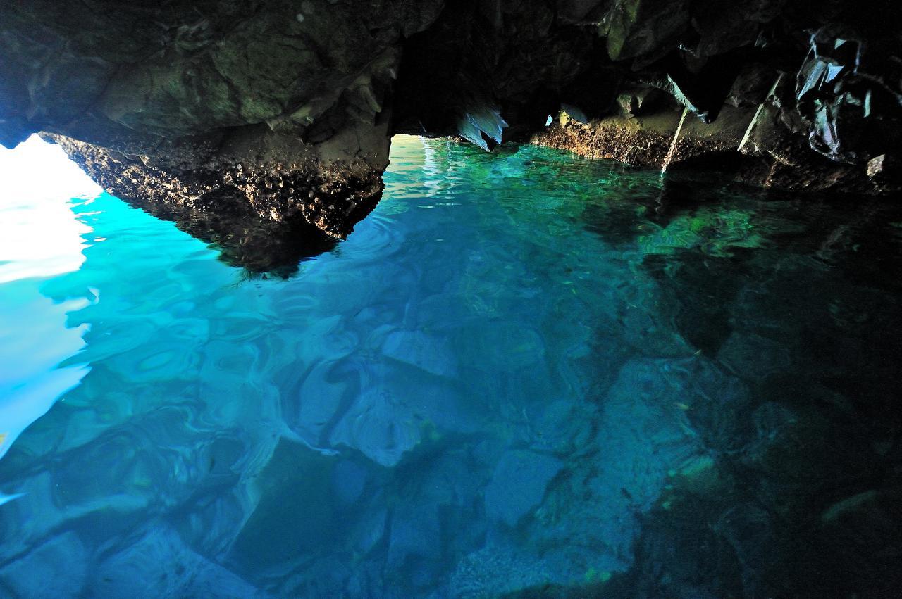 画像1: 【岩手】洞窟の中で輝く青い海、イタリアの青の洞窟にも引けをとらない「八戸穴」