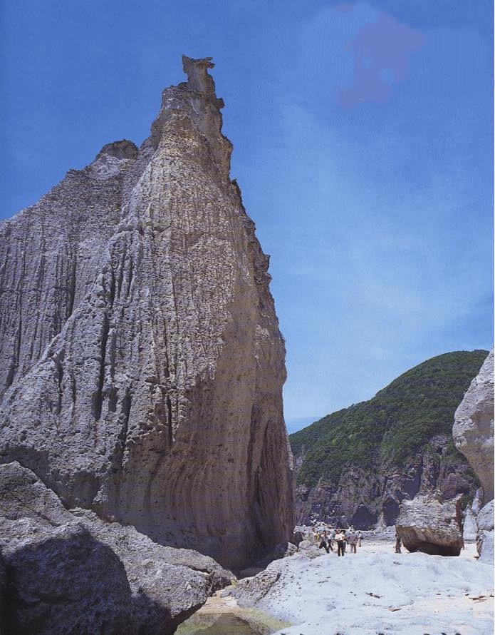 画像2: 【青森】白緑色の奇岩が連なりトルコのカッパドキアを想起させる「仏ヶ浦」