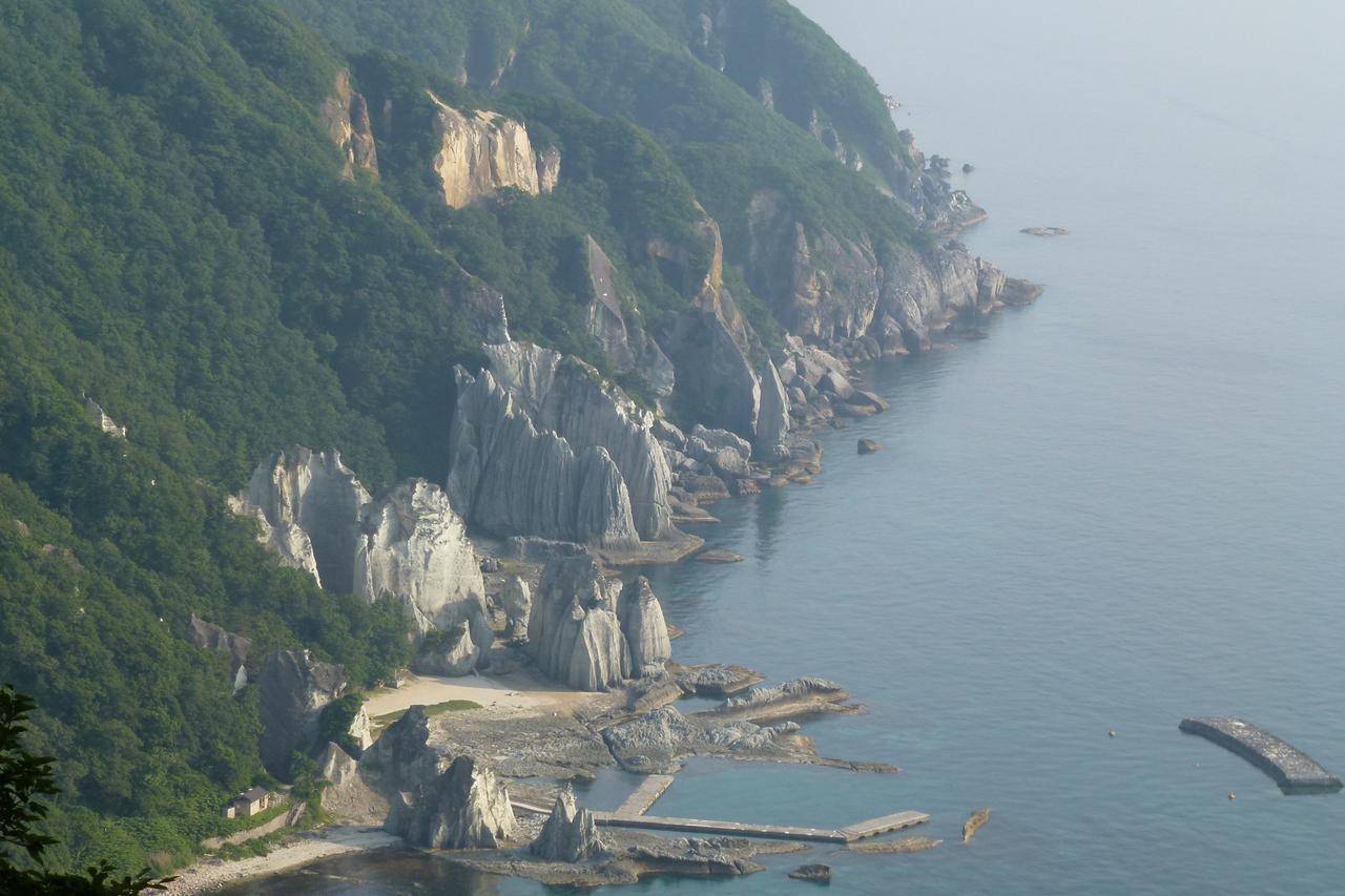 画像3: 【青森】白緑色の奇岩が連なりトルコのカッパドキアを想起させる「仏ヶ浦」