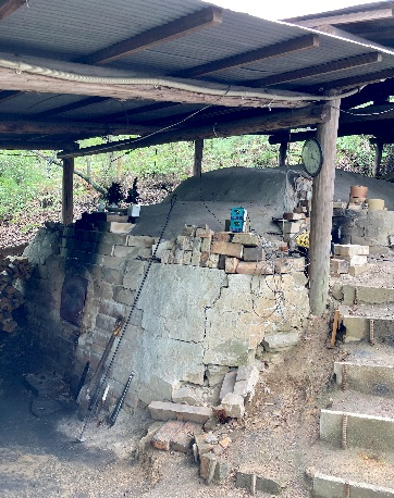 画像: 10月には年に一度の穴窯での窯焼きイベントが行われます。