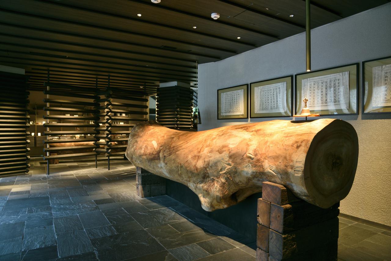 画像1: 外観から続く隈研吾の世界観に誘われ、歴史と文化、伝統に満ちた空間へ