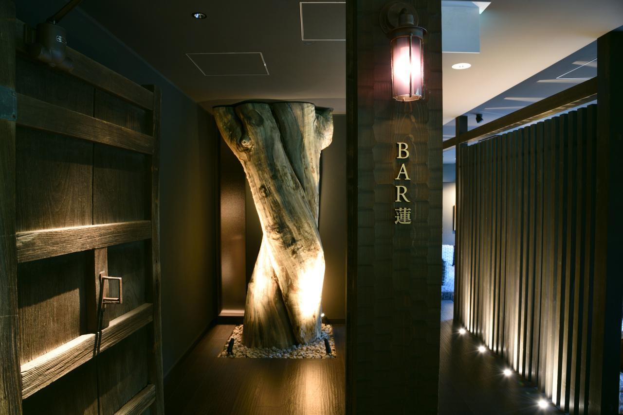 画像: 存在感のある扉と古木が出迎える「BAR 蓮」