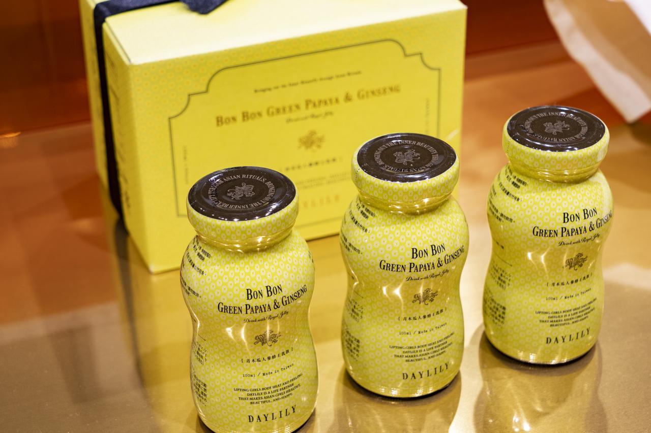 画像: 「Bonbon Green Papaya & Ginseng Drink」1本518円、6本 3,240円(いずれも税込)。青パパイヤやローヤルゼリー、ニンジンなどの5種類のスーパーフードを凝縮したアジア女性のための美容ドリンク