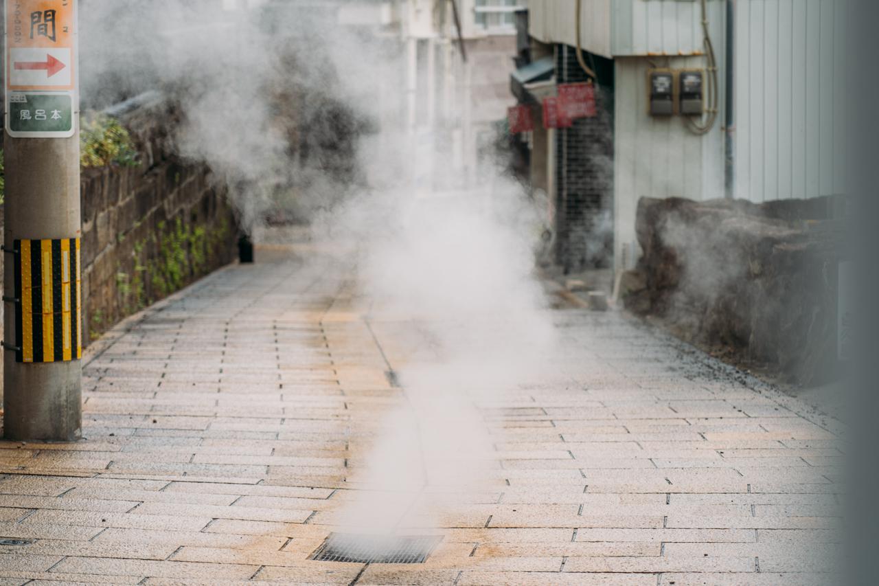画像1: コバルトブルーの「海地獄」で湯けむりに驚く