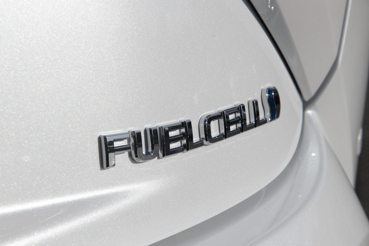 画像: FUEL CELL(燃料電池)車を表すエンブレム!未来的!