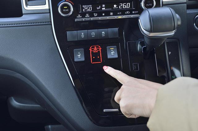 画像: 後部座席のシートベルト非着用も警告灯で表示します。