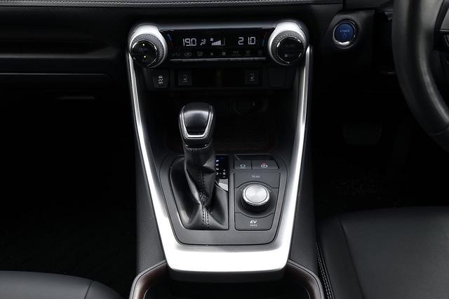 画像: ECO、NORMAL、SPORTの走行モードを選べるダイヤル。マルチインフォメーションディスプレイと連動して照明色も変化!