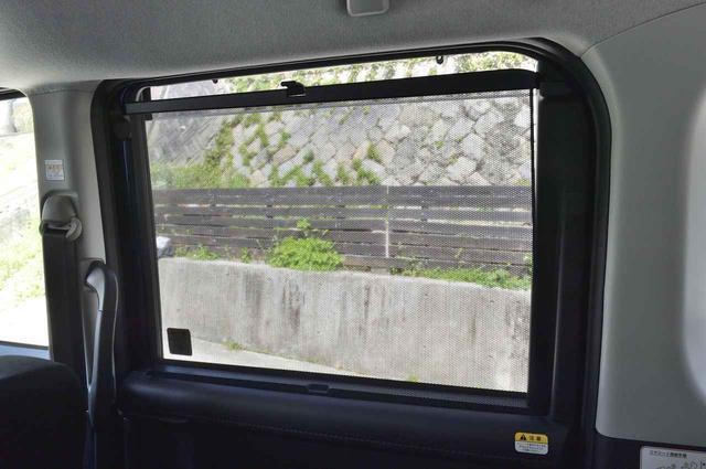 画像: リアシートには格納式のサンシェードも。後部座席で休むときも眩しさ軽減ができます。