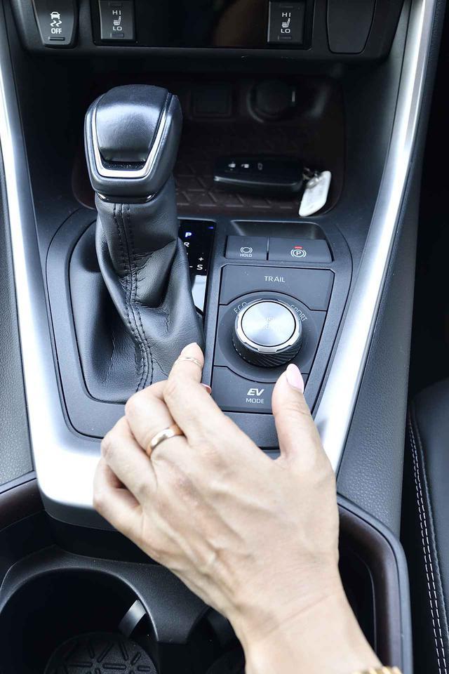 画像: 求める走りを自由に選べんドライブモードセレクト。HYBRID Gは走行モードによってディスプレイの色も変化するので走行モードが直感的に把握できる効果も。