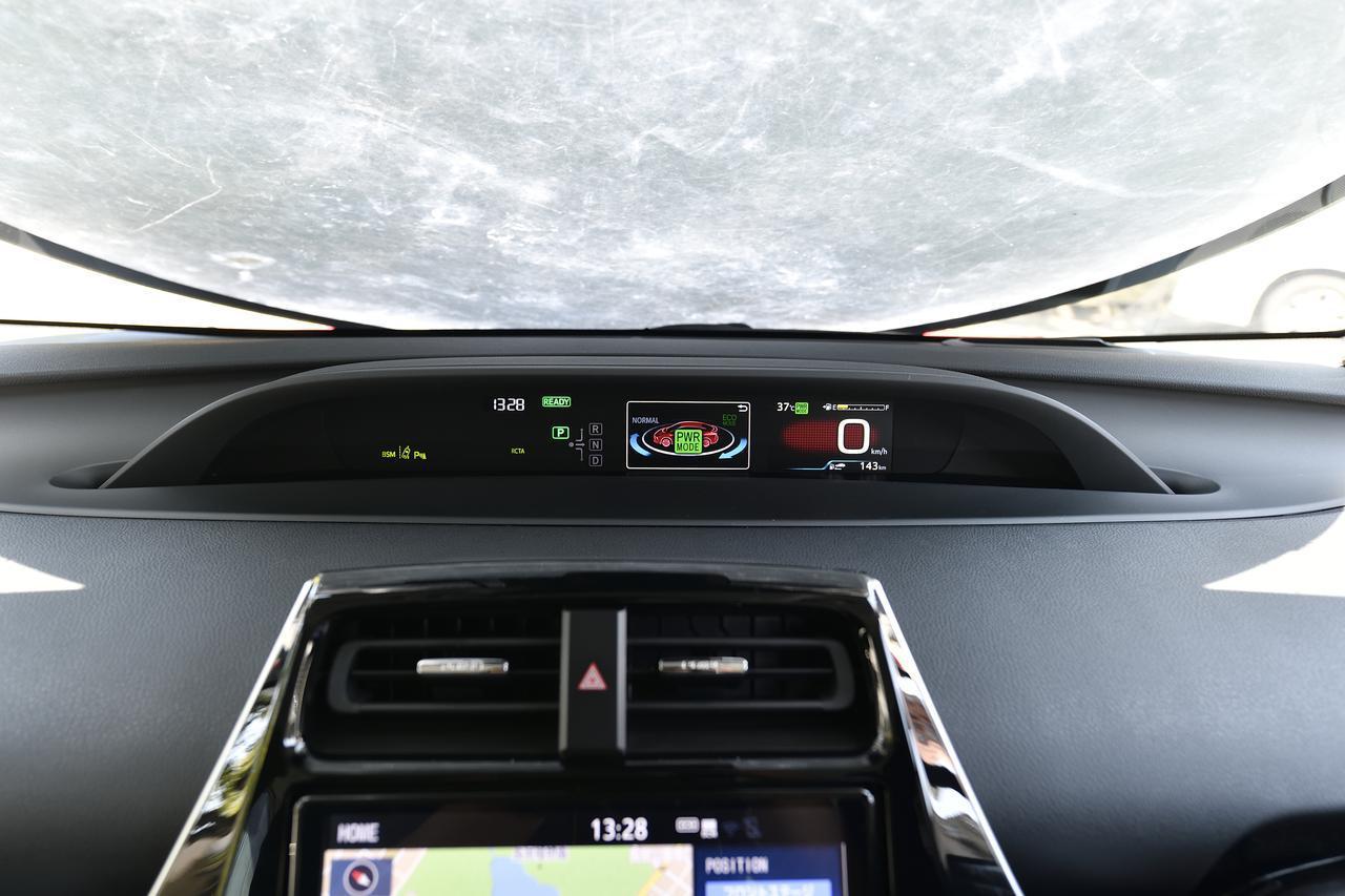 画像: ナビ上方のディスプレイでドライブモードを確認可能。写真はモーターのみで静かに走行できるモードです。