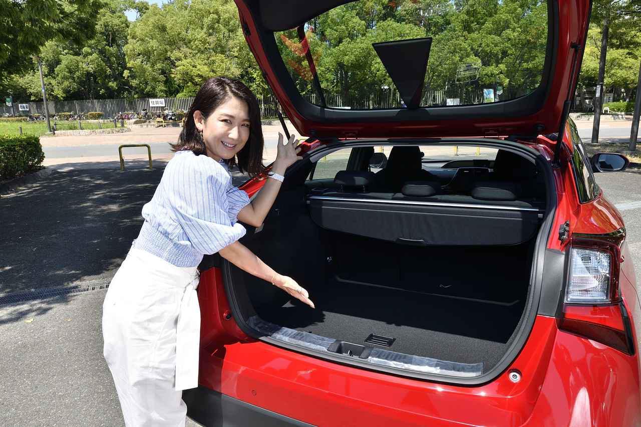 画像: ラゲージサイズは502L(E-Fourおよびスペアタイア装着車は457L)。ワゴンタイプのカローラツーリングの荷室サイズが392Lなのでプリウスのラゲージの広さがご理解いただけると思います。