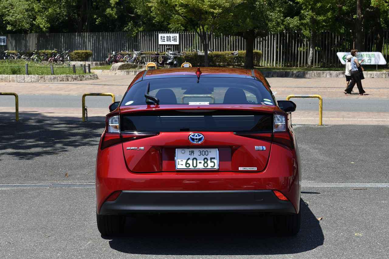画像: ガバッと開くハッチバックタイプのラゲージ。均一に点灯するLEDは後続車からの視認性を高める効果も。