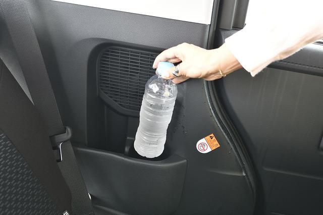 画像: 後部座席にもボトルホルダーがしっかり装備。ドリンク以外にもスマホなどちょっとしたものが置けるのが後部座席の人にも優しいルーミーです。