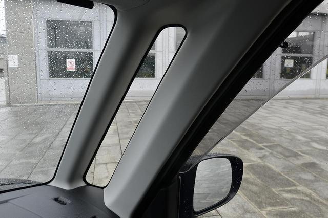 画像: Aピラー横に設けられたこの細長い窓が死角を減らすために大活躍!