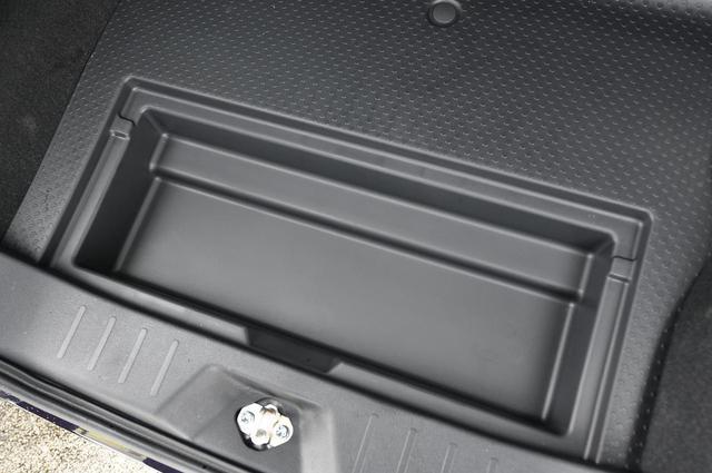 画像: 工具やちょっとした洗車道具などを収めるのにぴったりなラゲージにあるデッキボックス。こちらはスペアタイヤ選択時の小型サイズとなっています。