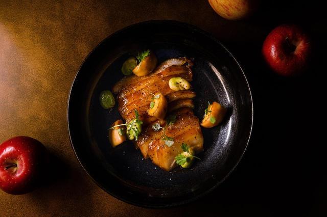 画像: マデラ酒でブレゼした豚トロ肉 リンゴキャラメリゼ マンゴーガストリック 空豆