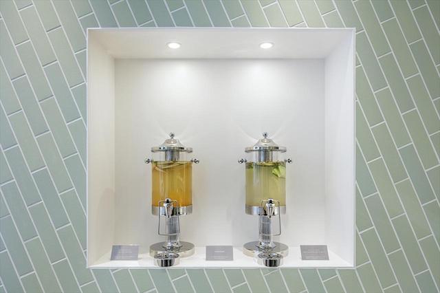 画像: 無料で飲めるメロンフレーバーウォーターを1Fに設置。「タカミ」「キスミー」「ホームラン」など複数の品種のフレーバーを比較できる。