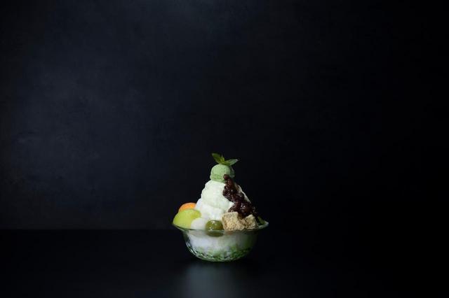画像: 【和風エスプーマメロンかき氷】 エスプーマメロンかき氷に、和の甘味の定番である白玉、抹茶白玉、黄粉わらび餅、抹茶わらび餅、あずき、黒蜜を贅沢に盛りつけ。新しいメロンのおいしさが発見できる一品。1,480円(税抜)