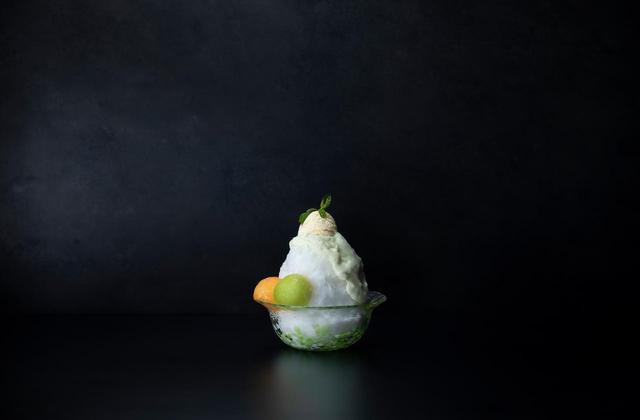 画像: 【エスプーマメロンかき氷】 特製のメロン果汁を凍らせた氷を削り出して作ったふわふわのかき氷。 その上から100%メロンの果汁でつくったエスプーマ(泡)をたっぷりと。 メロンの濃厚な香りと甘みが口の中にいっぱい広がる。1,200円(税抜)