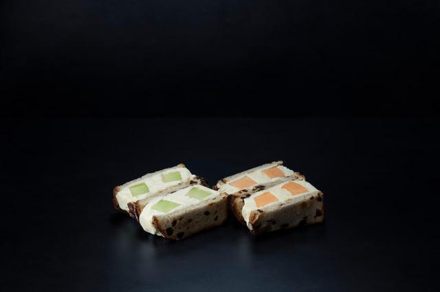 画像: 【生メロンのフルーツサンド】 生メロンのフルーツサンド2種を大きめにカットした旬の生メロンを使い、甘さを抑えた自家製の生クリームでサンド。パンにもこだわり、メロンの香りと相性のいいレーズンパンを使用している。 550円(単品)/1,000円(2種セット)(税抜)