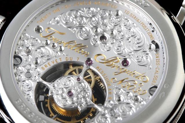 画像: 裏盤からは美しく刻まれた紋様とトゥールビヨンを見ることができる