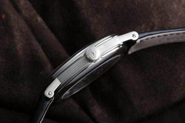 画像: ブレゲ・ウォッチのケースバンドに手作業で刻み込まれるフルート模様「コインエッジ」