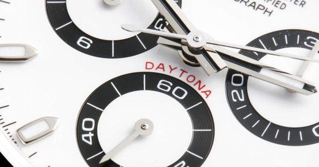 画像: 文字盤中央に配置された「DAYTONA」の赤がアクセントとして見事に融合