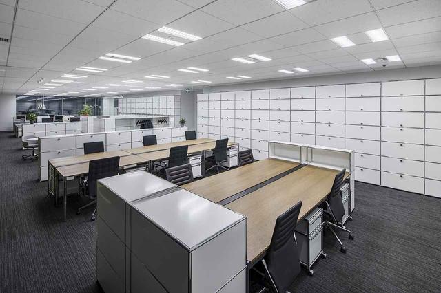 画像: ショールーム内にはライブオフィスとして、同社スタッフが働くオフィスも隣接。こちらはUSMハラーの家具でまとめらている